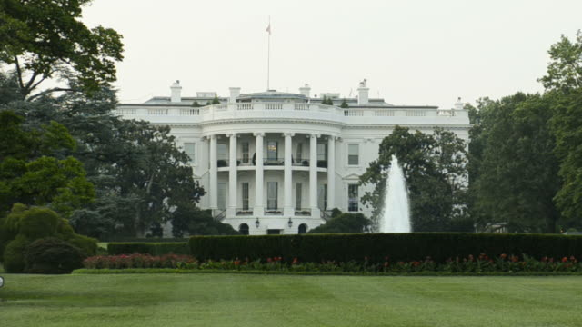 stockvideo's en b-roll-footage met white house panning - white house