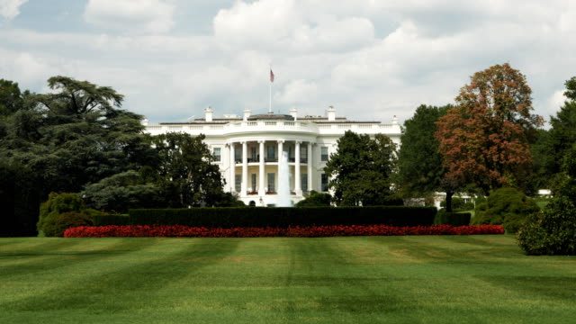 stockvideo's en b-roll-footage met witte huis zuid-gazon close-up - white house