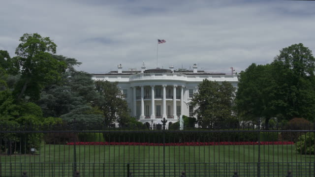 stockvideo's en b-roll-footage met witte huis zuid-gazon washington, dc in 4k/uhd - inzoomen - white house