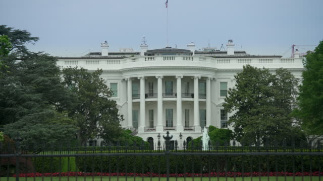 stockvideo's en b-roll-footage met witte huis zuid-gazon washington, dc - zoom in - 4k/uhd - white house