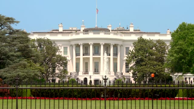 stockvideo's en b-roll-footage met witte huis gazon zuid-washington, dc - inzoomen 4k/uhd - white house