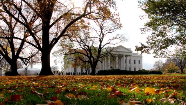 белый дом замедленная съемка : осенний сезон - white house стоковые видео и кадры b-roll