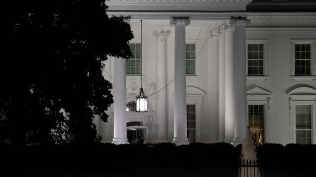 белый дом вашингтон, округ колумбия, ночью - white house стоковые видео и кадры b-roll