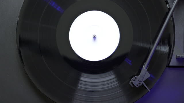 white label vinyl record spinning on turntable - giradischi video stock e b–roll