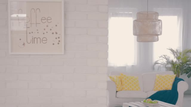 stockvideo's en b-roll-footage met wit woonkamer - baksteen