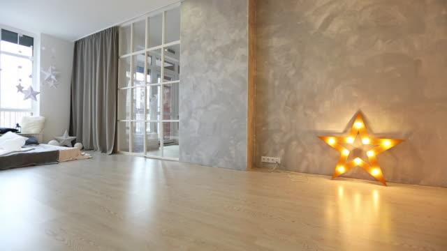 vídeos de stock e filmes b-roll de white living room with black furniture and window - living room background