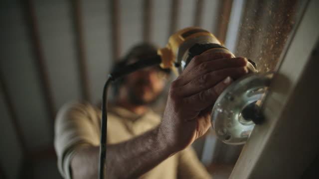 vídeos y material grabado en eventos de stock de hombre blanco carpintero en sus routers de los años cuarenta un pedazo de madera - carpintero