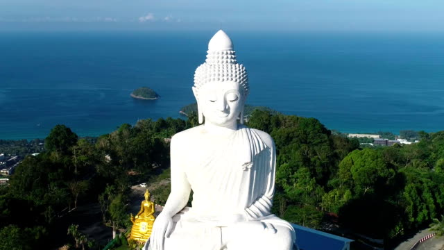 vídeos de stock e filmes b-roll de white marble big buddha statue temple. dolly zoom aerial view. phuket - phuket