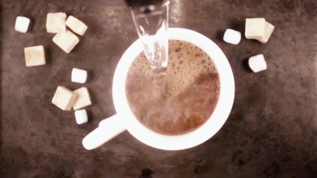 vídeos de stock, filmes e b-roll de caneca branca sobre um fundo cinza com um movimento lento de bebida quente - chocolate quente