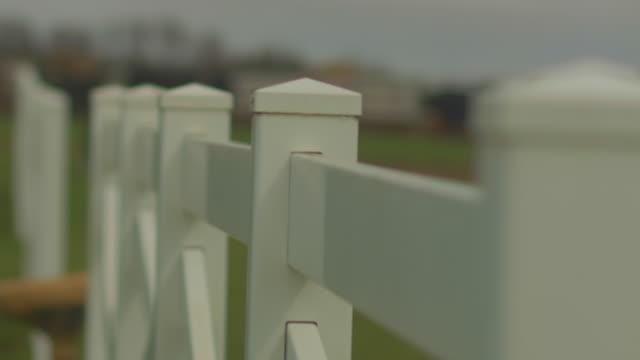 vídeos de stock e filmes b-roll de white picket fence close up - cercado