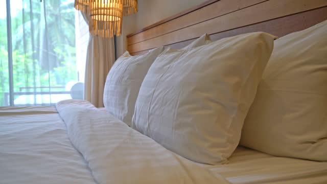 vit kudde dekoration på sängen i sovrummet inredning - duntäcke bildbanksvideor och videomaterial från bakom kulisserna