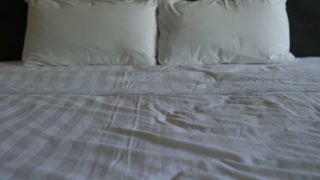 vita kuddar på sängen - duntäcke bildbanksvideor och videomaterial från bakom kulisserna