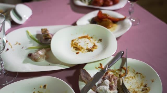 料理の残党と白磁プレートは、カフェでテーブルの上のピンクのテーブル クロスにしています。 - テーブル 無人のビデオ点の映像素材/bロール