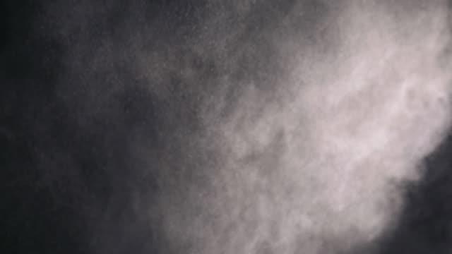 weißes pulver fällt auf schwarzem hintergrund - kreide weiss stock-videos und b-roll-filmmaterial