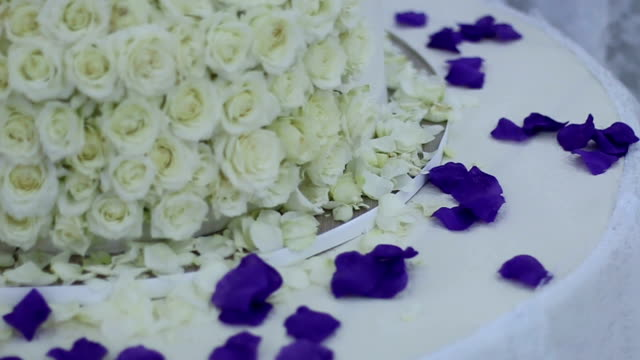 White roses on wedding cake-micro