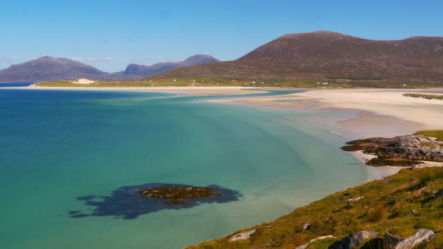 white sand beach in the outer hebrides, scotland - highlands scozzesi video stock e b–roll