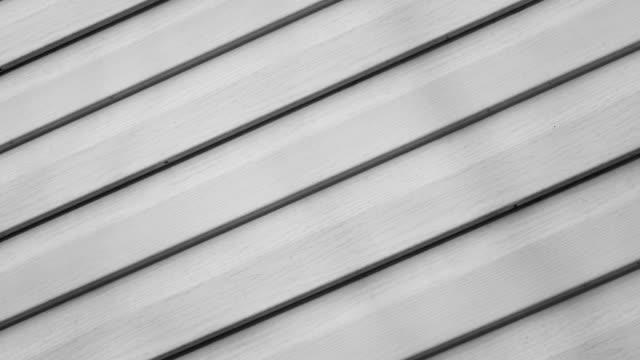 vidéos et rushes de fond blanc revêtement de panneaux gris. conseils tournent sur la façade de 4k. - bois texture