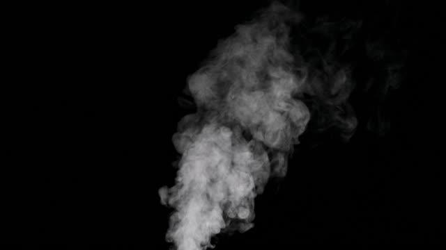 белый дым трейл изолированы на черном фоне - дым стоковые видео и кадры b-roll