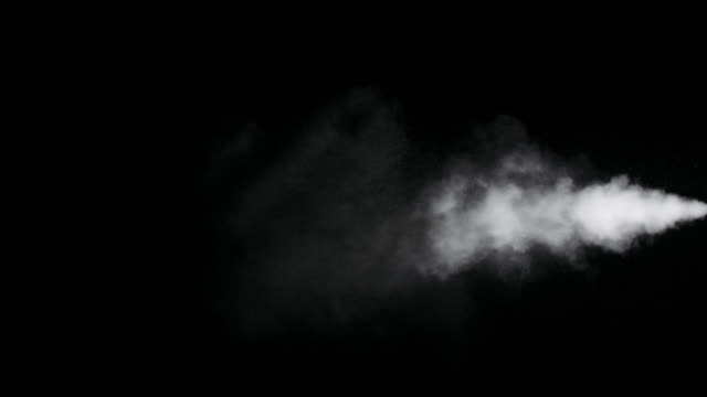 黒い背景に隔離された白い煙の道 - 加湿器点の映像素材/bロール