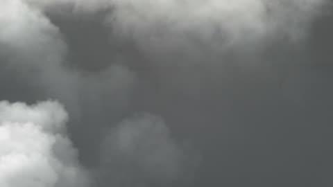 vidéos et rushes de fumée blanche, wisp et brouillard expulsé d'une cheminée industrielle - lourd