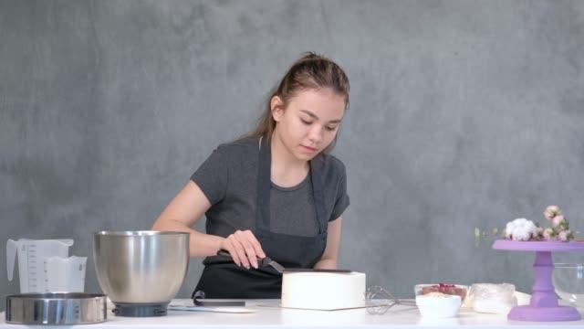 vídeos y material grabado en eventos de stock de pastel cilíndrico liso blanco en blanco. el pastelero crea la forma de una espátula de pastelería. - suflé