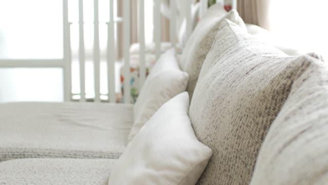 ドリー ショットの動きとリビング ルームの白いソファ - 居間点の映像素材/bロール