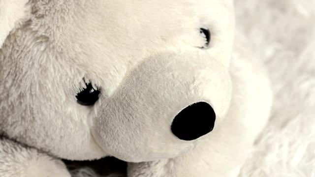 vídeos de stock e filmes b-roll de branco macio urso de brinquedo na sala das crianças - teddy bear