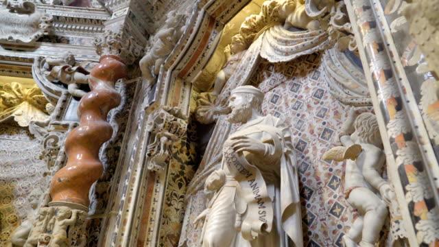 シチリア島パレルモの大聖堂の内部サンの白い像 - モンレアーレ点の映像素材/bロール