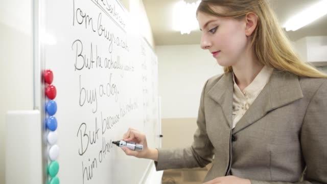 vit lärare handstil på viten stiger ombord - formella kontorskläder bildbanksvideor och videomaterial från bakom kulisserna