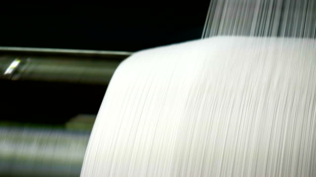vídeos de stock e filmes b-roll de white threads on a loom in retro classical style warp knitting  machine - têxtil