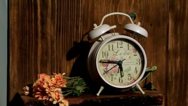 stockvideo's en b-roll-footage met witte vintage wekker met bloemen close-up - sleeping illustration