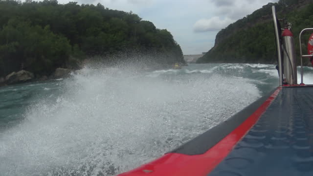 vídeos de stock, filmes e b-roll de white water passeio de barco a jato - rio niagara