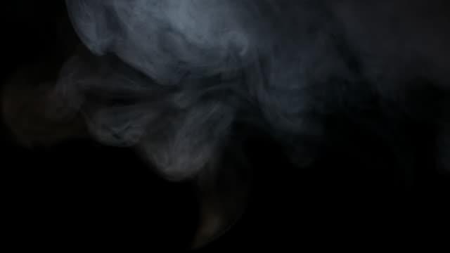 vídeos de stock e filmes b-roll de white water vapour on a black background - cinza