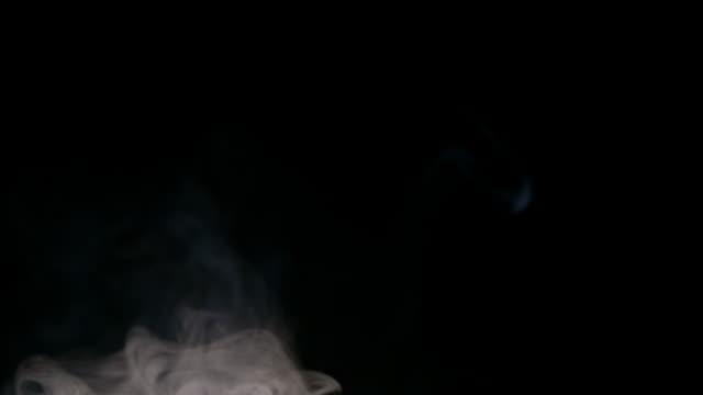 黒い背景に白い水蒸気 - 素材点の映像素材/bロール
