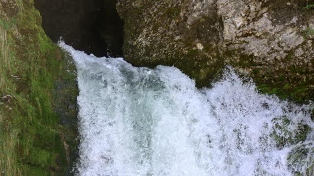 slo mo acque bianche di una cascata infuriata - 20 o più secondi video stock e b–roll