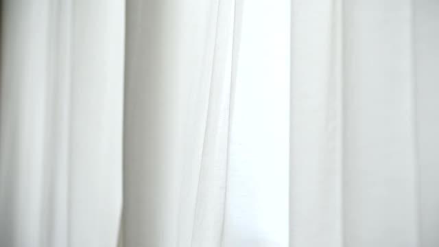 vídeos y material grabado en eventos de stock de cortina de ventana blanco soplada por el viento - cortina