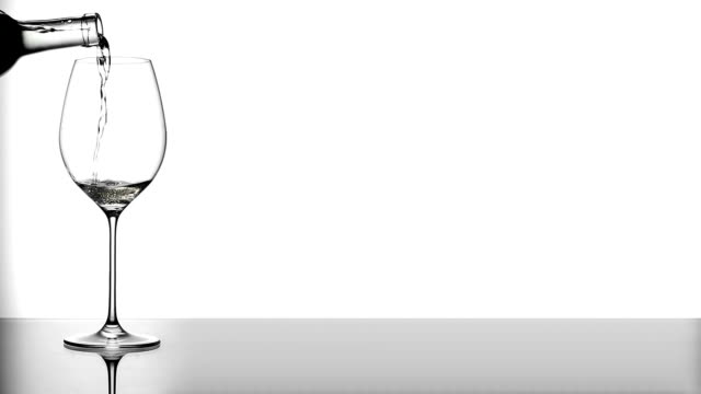 weißwein, gegossen in glas - cabernet sauvignon traube stock-videos und b-roll-filmmaterial