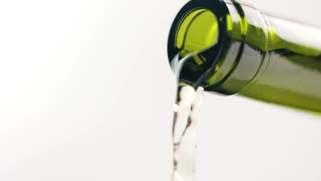 白酒從瓶中流出 - wine 個影片檔及 b 捲影像