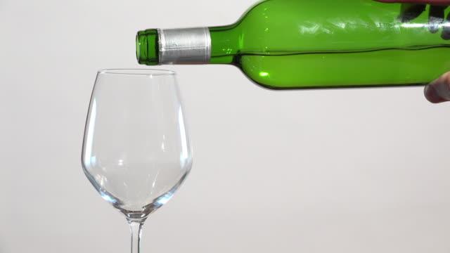vitt vin flödar in i glas - vitt vin glas bildbanksvideor och videomaterial från bakom kulisserna
