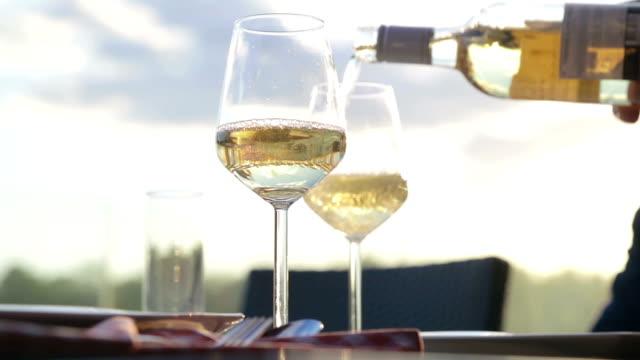 vitt vin toast - vitt vin glas bildbanksvideor och videomaterial från bakom kulisserna