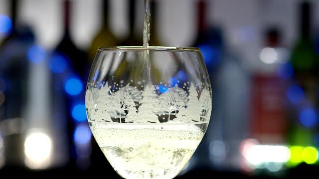 vitt vin-helgdagar - vitt vin glas bildbanksvideor och videomaterial från bakom kulisserna
