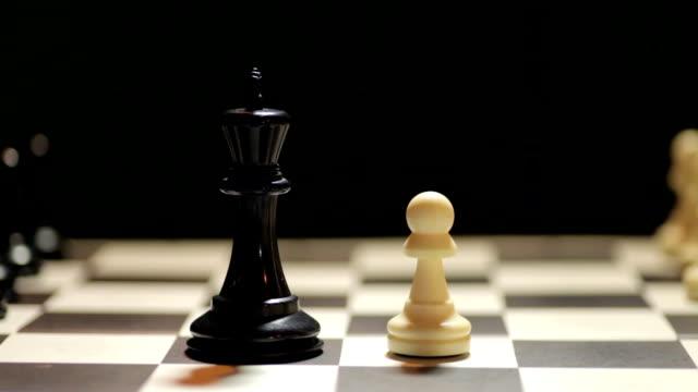 weiß gewinnt schachspiel - könig schachfigur stock-videos und b-roll-filmmaterial