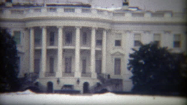 stockvideo's en b-roll-footage met 1972: whitehouse sneeuw bedekt gazon in de winter. - white house