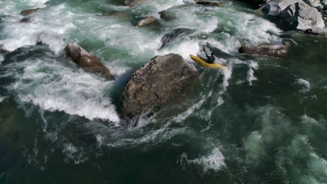 ホワイトウォーター カヤック空中岩の急流を充電 ビデオ