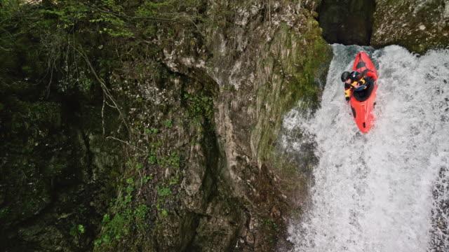 SLO MO Whitewater kayakiste exécutant une chute d'eau et de plonger dans la piscine - Vidéo