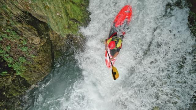 vidéos et rushes de slo mo whitewater kayakiste exécutant une cascade - kayak