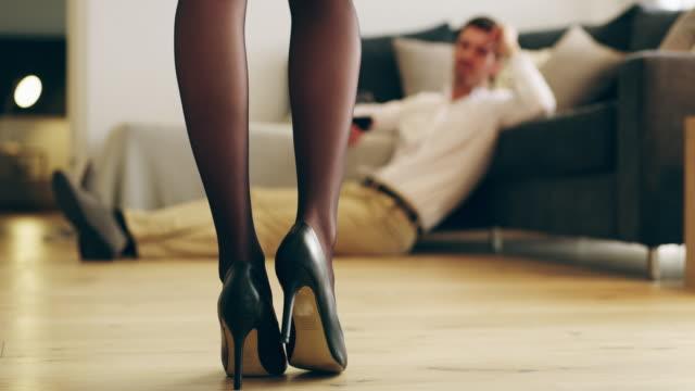 Qui pourrait résister à une femme en talons? - Vidéo