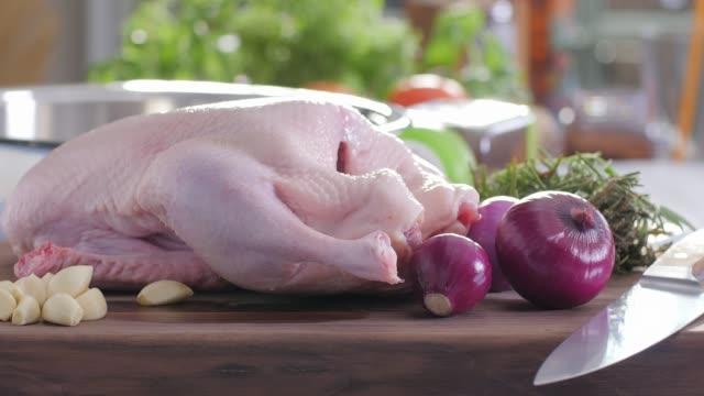 vidéos et rushes de aliments crus. toute chichen. cuisine colorée - aliment cru