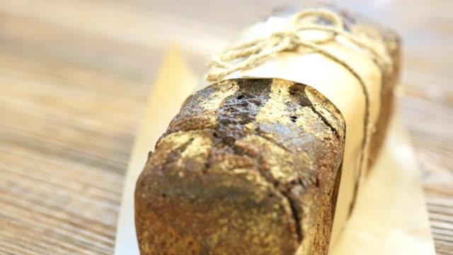 vídeos de stock, filmes e b-roll de um pão de trigo integral com fundo de madeira de cordéis - sem glúten