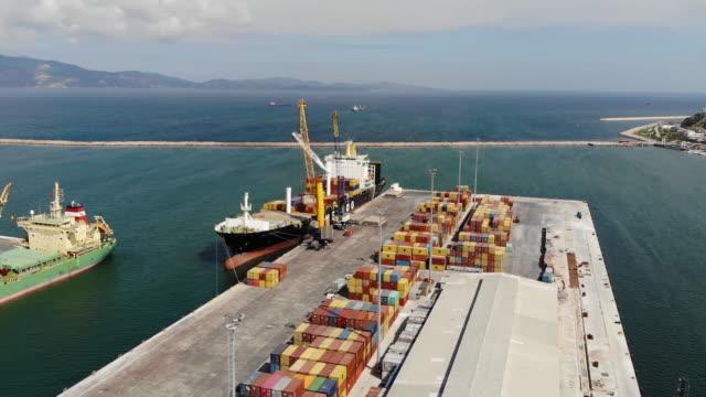 在碼頭裝載集裝箱船的寬空中。 - 伊朗 個影片檔及 b 捲影像
